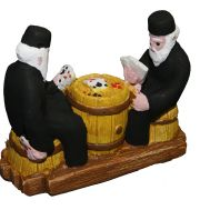 Γύψινο αγαλματίδιο βαμμένο στο χέρι 10,5x13x4,7 cm 2 Μοναχοί Που Παίζουν σε Βαρέλι Τράπουλα